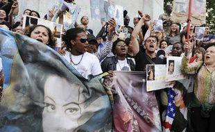 Les fans français de Michael Jackson se sont réunis devant Notre-Dame de Paris, vendredi 26 juin.
