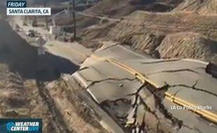 Une portion de cette route californienne s'est brusquement déformée.