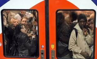 Ils vivent à 20 kilomètres de Paris et mettent plus d'une heure pour aller travailler, en prenant bus, RER, métro: pour les habitants de Clichy-sous-Bois et Montfermeil, les arbitrages sur le métro du Grand Paris, rendus mercredi, pourraient tout changer.