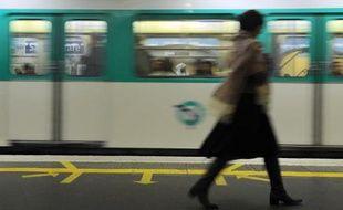 Des usagers dans le métro parisien, le 28 octobre 2010