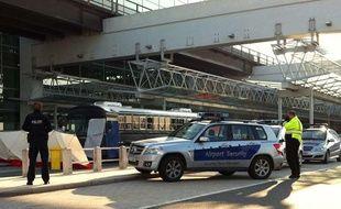 Des policiers à l'aéroport de Francfort, où s'est produite une fusillade le 2 mars 2011.