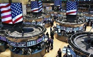 Wall Street a fini en hausse lundi, accueillant des chiffres économiques décevants aux Etats-Unis comme un signe du maintien de la politique de soutien exceptionnelle à l'économie menée par la banque centrale américaine: le Dow Jones a gagné 0,92% et le Nasdaq 0,27%.