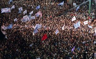 Des milliers de partisans du «Non» au référendum se massent devant le siège du Parlement à Athènes, le 3 juillet 2015.