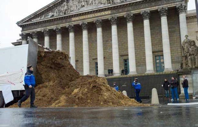 Le 16 janvier 2014, un camion déverse du fumier devant l'Assemblée nationale.