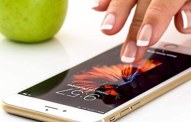 Une femme s'apprête à consulter son Smartphone. Photo d'illustration.