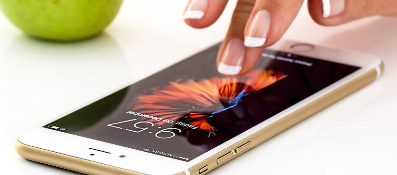 Une femme s'apprête à consulter son smartphone (photo d'illustration).