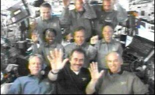 Pour leur part, les six astronautes de Discovery et leurs trois collègues de la Station Spatiale Internationale (ISS) ont consacré leur dimanche, cinquième jour sur orbite, à commencer à décharger dans la Station le module de fret Leonardo, apporté par la navette, qui contient plus de 2.250 tonnes de vivres et d'équipements.