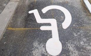 Une place de stationnement réservé aux personnes handicapées