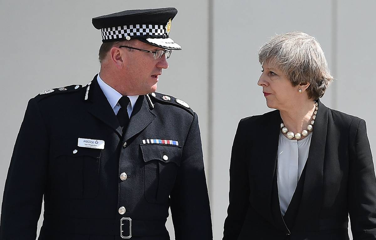 Theresa May avec le chef de la police de Manchester, Ian Hopkins, le lendemain de l'attentat de Manchester.  – OLI SCARFF / AFP