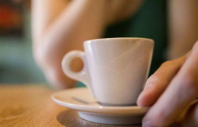 Illustration: Une femme tenant un tasse de café.