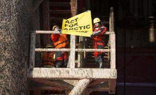 Des militants de Greenpeace occupent une plateforme pétrolière de Statoil, dans la mer de Barents, le 27 mai 2014