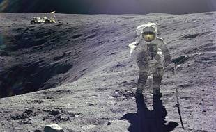 L'astronaute Charles M. Duke Jr. et le Rover lunaire en 1972.