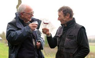 Bernard Tardivel (à gauche) et Jean-Pierre Vivier sur la vigne de Saint-Suliac où ils ont planté des ceps donnant du vin rouge.