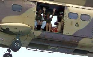 Les époux Delanne, otages de flibustiers somaliens a bord du Carré d'As  pendant quinze jours, après leur libération par les forces spéciales  françaises, à bord de la fregate Courbet en route vers la base francaise  de la corne de l'Afrique, le 20 septembre 2008.