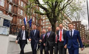 Les employés de l'ambassade des Pays-Bas à Londres se tiennent la main pour soutenir les droits LGBTQI