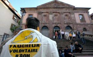 Des militants anti-OGM manifestent devant le tribunal de Colmar le 28 septembre 2011 pendant le procès de 60 faucheurs