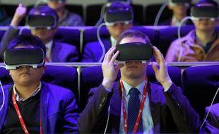 Des visiteurs au congrès mondial de la téléphonie mobile testent un nouvel appareil de Samsung le 22 février 2016 à Barcelone