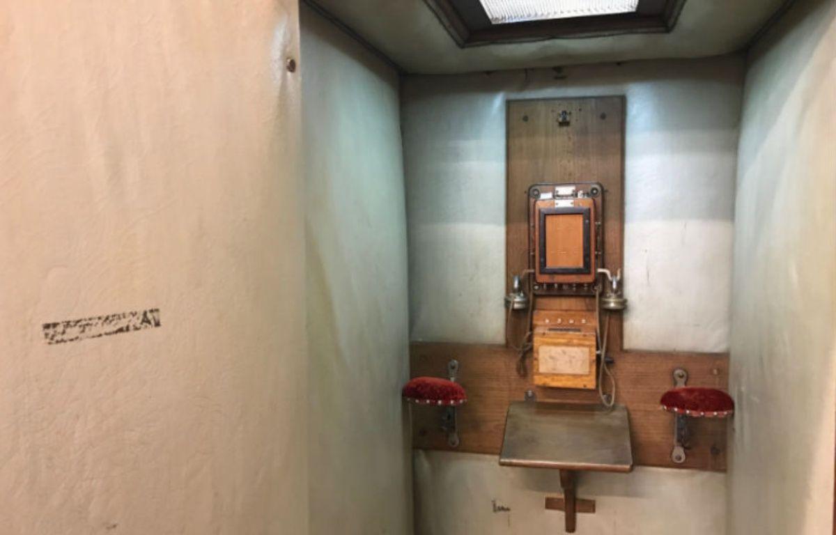 Retrouvée Place de la Bourse à Paris, cette cabine téléphonique capitonnée (1900) servait à passer discrètement ses ordres... – CHRISTOPHE SEFRIN/20 MINUTES