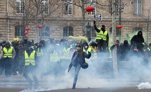 Des heurts ont éclaté à la fin de la manifestation parisienne lors de l'acte 12.
