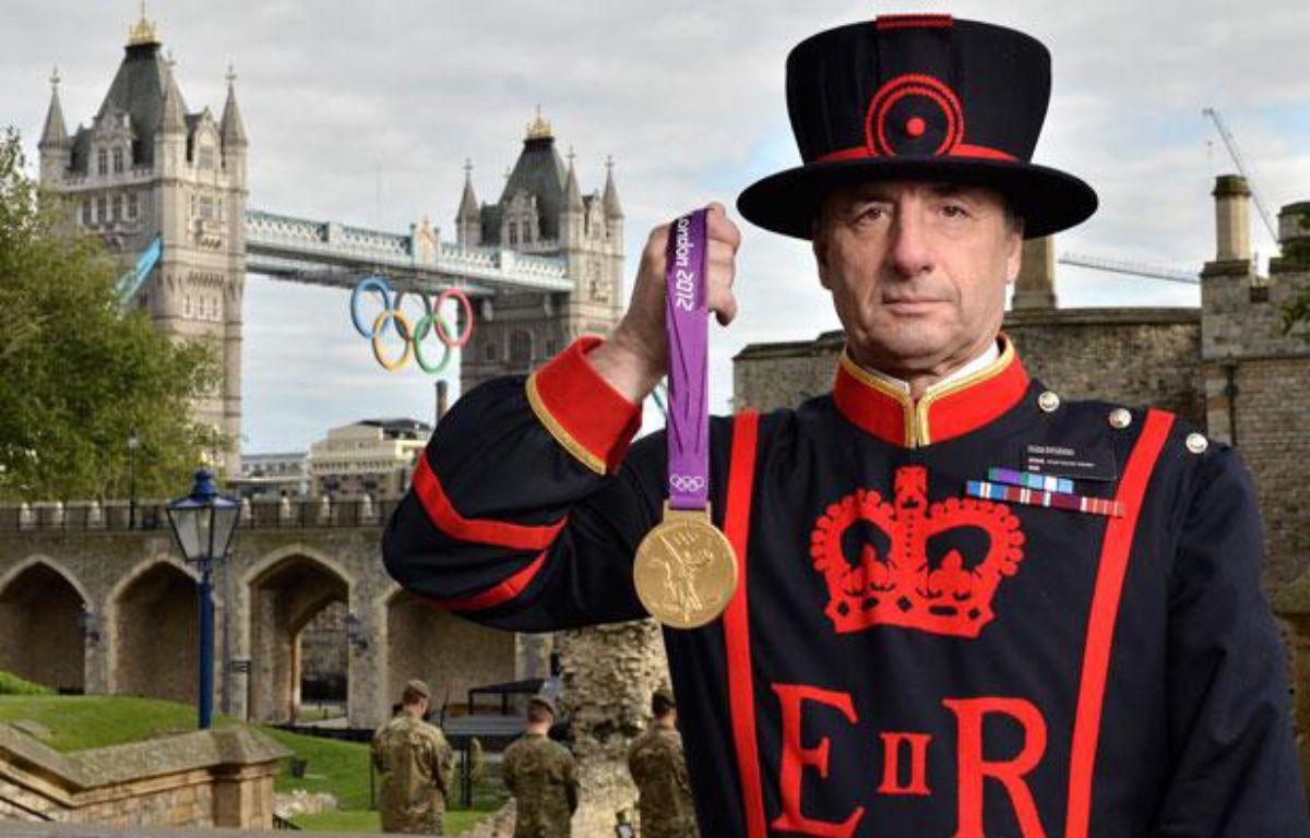 Un garde de la Tour de Londres devant la Tour de Londres. – LONDON 2012 / AFP