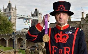 Un garde de la Tour de Londres devant la Tour de Londres.