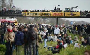 Des opposants au projet controversé d'aéroport international de Notre-dame-des-Landes, manifestent près de Nantes et bloquent une autoroute au niveau de Le Temple-de-Bretagne, le 27 février 2016