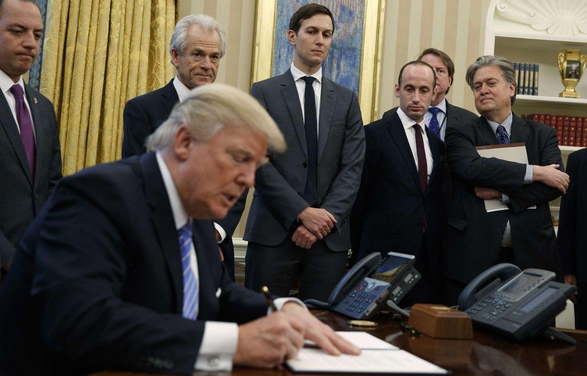 Donald Trump entouré de ses conseillers Stephen Miller et Steve Bannon (tout à droite), Jared Kushner (centre) et de son chef de cabinet, Reince Priebus (gauche. – E.VUCCI/AP/SIPA