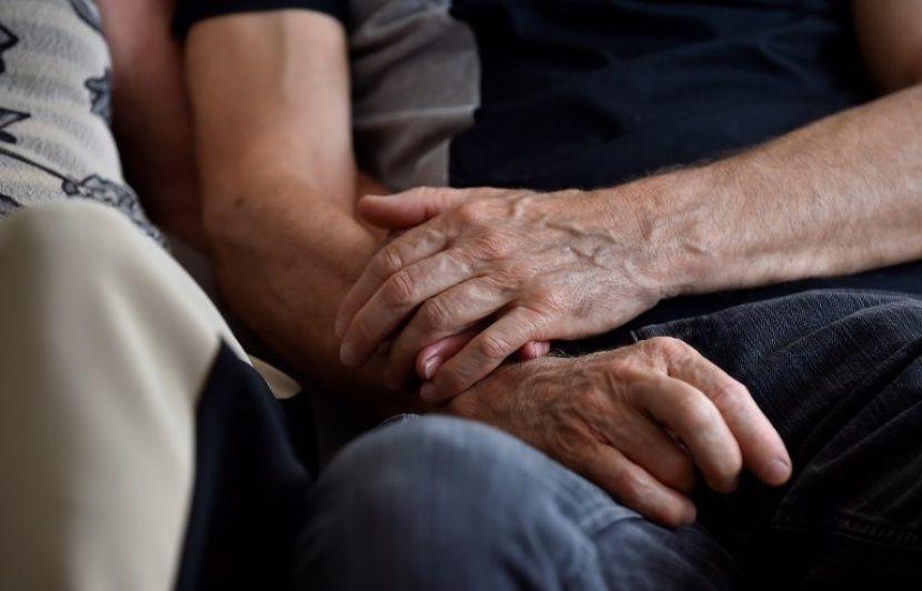 Un aide-soignant devant la justice après avoir été filmé en train de violenter une personne âgée de 98 ans