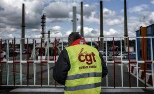 Un militant CGT devant la rafinerie Total de Feyzin près de Lyon, le 24 mai 2016