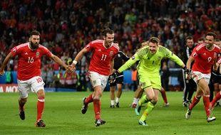 Gareth Bale et ses coéquipiers du pays de Galles fêtent leur qualification en demi-finale de l'Euro 2016, le 1er juin 2016, à Lille.