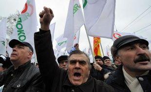 """Quelques milliers de personnes ont manifesté samedi à Moscou pour exiger """"des élections libres"""", deux jours après la fin de non-recevoir opposée par le Premier ministre Vladimir Poutine à l'opposition qui conteste la victoire du parti au pouvoir aux législatives du 4 décembre."""