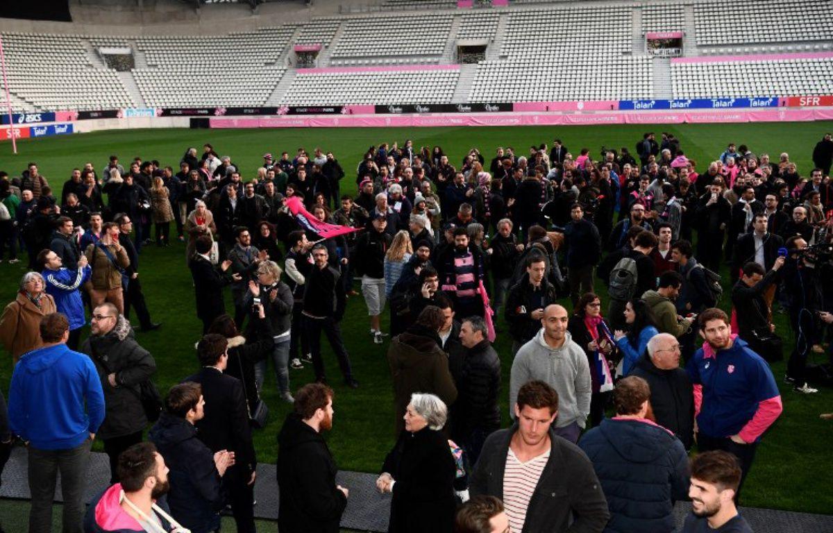 Joueurs et supporters du Stade Français se sont réunis à Jean-Bouin pour exprimer leur colère après l'annonce de la fusion avec le Racing 92, le 13 mars 2017.  – CHRISTOPHE SIMON / AFP