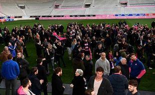 Joueurs et supporters du Stade Français se sont réunis à Jean-Bouin pour exprimer leur colère après l'annonce de la fusion avec le Racing 92, le 13 mars 2017.