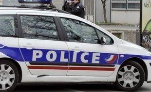 Un jeune homme soupçonné d'avoir agressé une enseignante enceinte pendant son cours au lycée Jean-Rostand de Mantes-la-Jolie (Yvelines) en février a été interpellé et devait être déféré devant le parquet mardi.