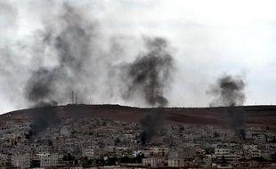 De la fumée s'élève de certaines parties de la ville syrienne de Kobané, le 16 octobre 2014