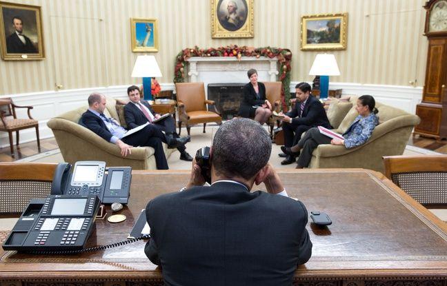 Barack Obama s'entretient par téléphone avec Raul Castro, le 16 décembre 2014.