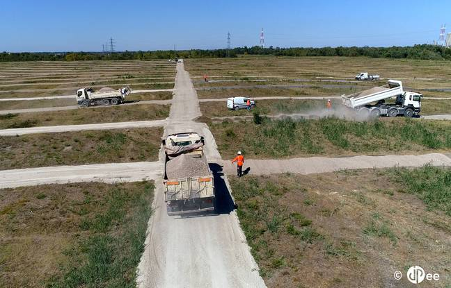 Il a d'abord fallu créer un réseau de pistes sur l'ancienne décharge de Labarde, pour transporter les matériaux de la centrale solaire.