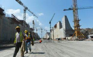 Après une crise de deux mois, le consortium international chargé des travaux d'élargissement du canal de Panama, dirigés par le constructeur espagnol Sacyr, et l'autorité du canal ont annoncé vendredi un accord sur le financement du surcoût du chantier.