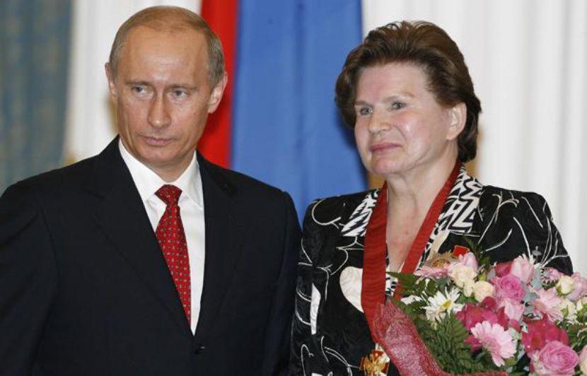 https://img.20mn.fr/PpoitRRZS_K0e-U978hS4A/830x532_president-russe-vladimir-poutine-valentina-terechkova-premiere-femme-a-avoir-ete-espace-22-mai-2007-a-moscou.jpg