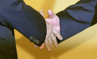 Un prof fait à chacun de ses élèves un handshake personnalisé