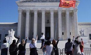 Des femmes rendent hommage devant la Cour suprême des Etats-Unis à la juge Ruth Bader Ginsburg, décédée le 18 septembre 2020.