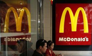Des clients assis dans un restaurant McDonald's de Hong-Kong, en juillet 2014