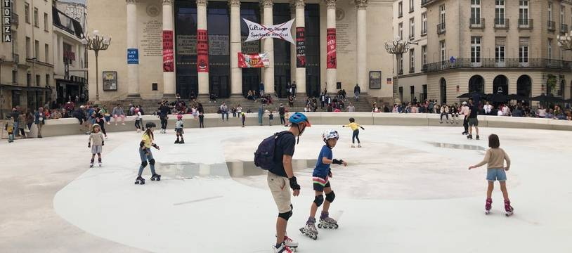 La piste de roller de la place Graslin attire de nombreux enfants.