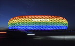 L'Allianz Arena de Munich illuminée aux couleurs de l'arc-en-ciel, le 9 juillet 2016. A l'époque, l'UEFA n'avait pas eu son mot à dire.