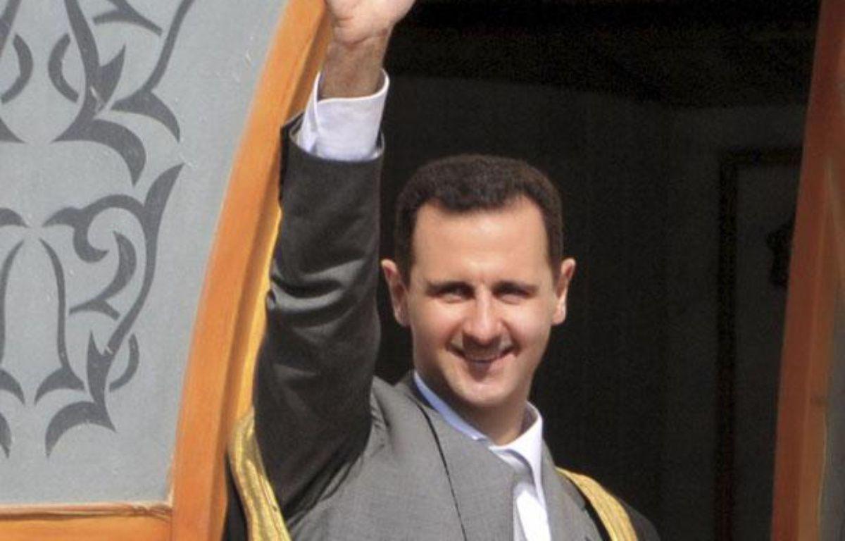 Le président syrien Bachar al-Assad salue la foule lors d'une visite dans al ville d'Ar-Raqqa, en Syrie, le 6 novembre 2011. – REUTERS/SANA/Handout