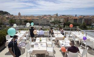 Au premier service du déjeuner, le 19 mai, sur le rooftop de l'hôtel Aston La Scala, à Nice