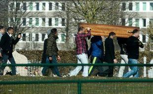 Des parents et amis de Brahim Abdeslam, l'un des kamikazes des attentats de Paris, portent le 17 mars 2016 le cercueil de leur proche dans un cimetière de Bruxelles