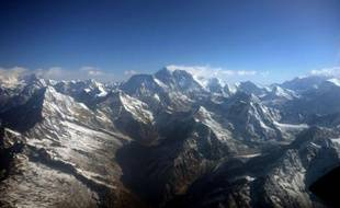 Le petit-fils d'un pilote écossais ayant effectué le premier vol au-dessus de l'Everest, au Népal, a célébré le 80e anniversaire de cet exploit en survolant à son tour le plus haut sommet du monde.
