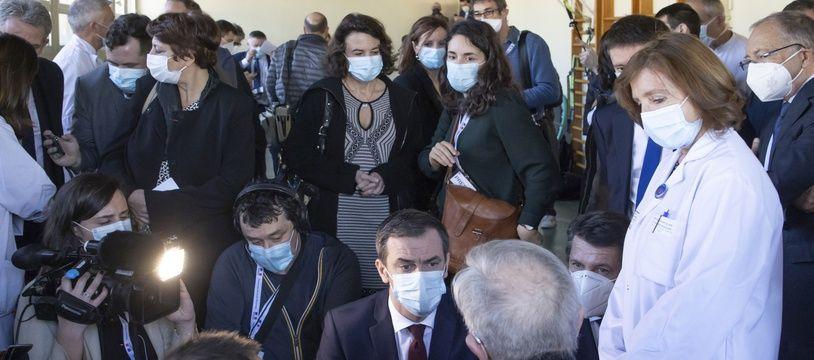 Olivier Véran, ministre de la Santé, a la rencontre des soignants de l'hopital mobilises dans l'accompagnement des patients Covid-19