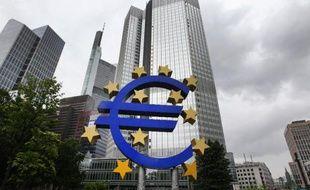 Le logo de l'euro sur le siège de la BCE à Frankfort, le 22 juin 2015